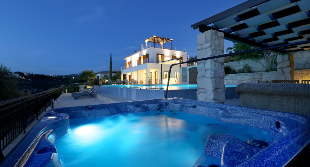 Villa Anthos - Forget all your worries in the poolside jacuzzi
