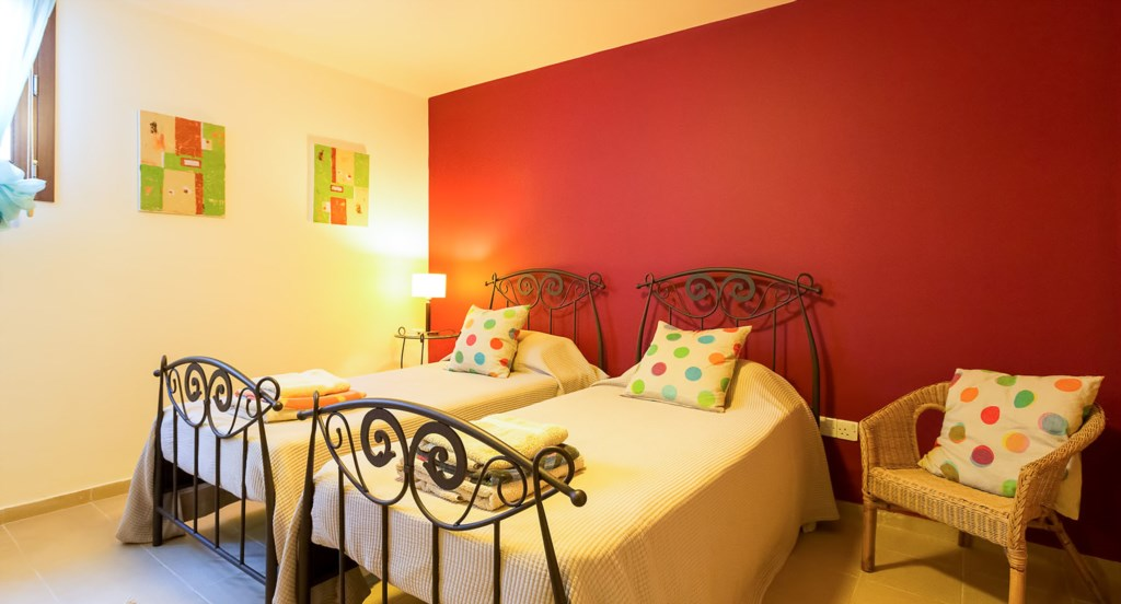 Villa Anthos - Gorgeous red twin room