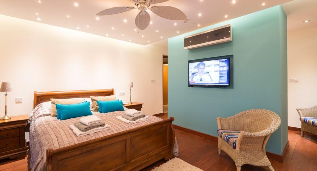 Villa Anthos - Opulent Master bedroom with TV and large en suite bathroom