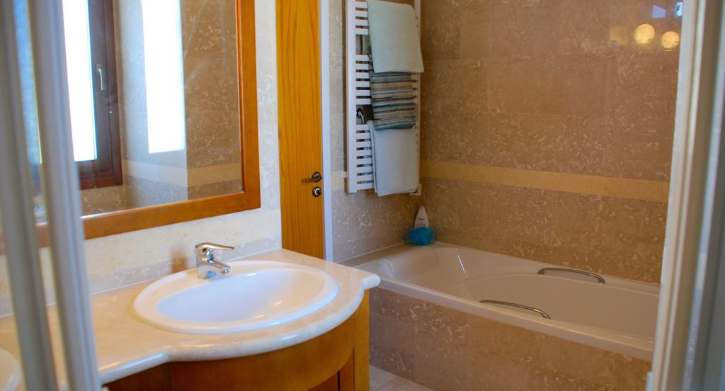 Villa 122 - Master en suite with bath and two showers. Aphrodite Hills Resort, Cyprus.