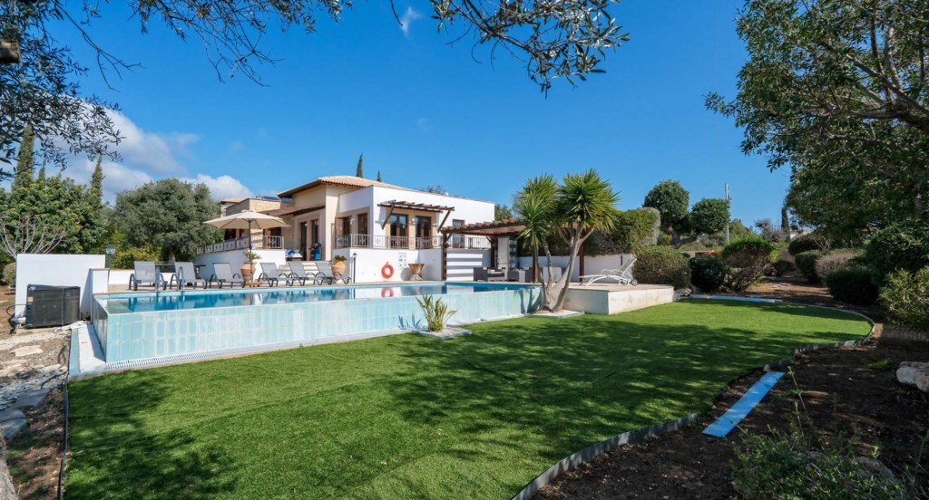 Villa 395 - Infinity edge pool and astro turf lawn, great for kids. Aphrodite Hills Resort, Cyprus.