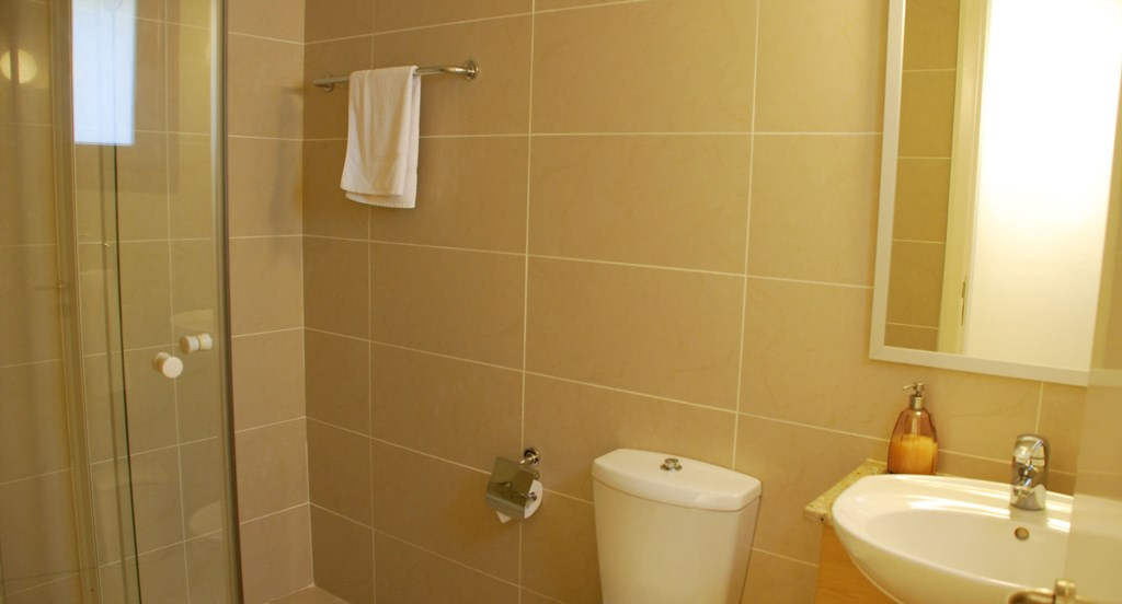 Junior Villa EZ02 - Master bedroom en suite bathroom. Aphrodite Hills Resort, Cyprus.