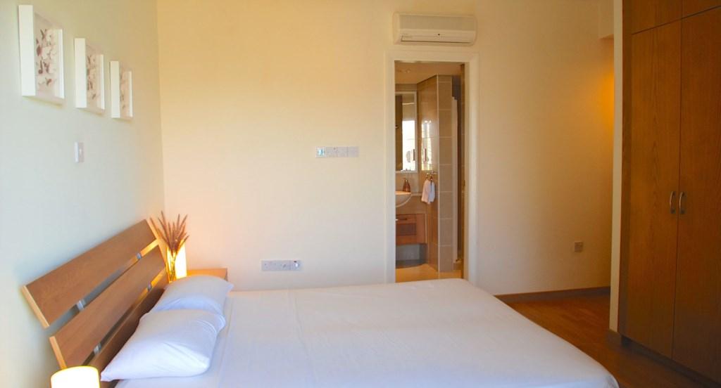 Junior Villa EZ02 - Spacious master bedroom with en suite bathroom. Aphrodite Hills Resort, Cyprus.