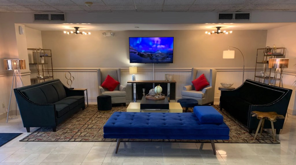 Lobby main Seating Area with Flat Screen T.V..png