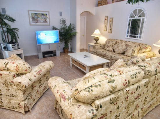 HR4P412NH-Family-Room-with-TV-Set