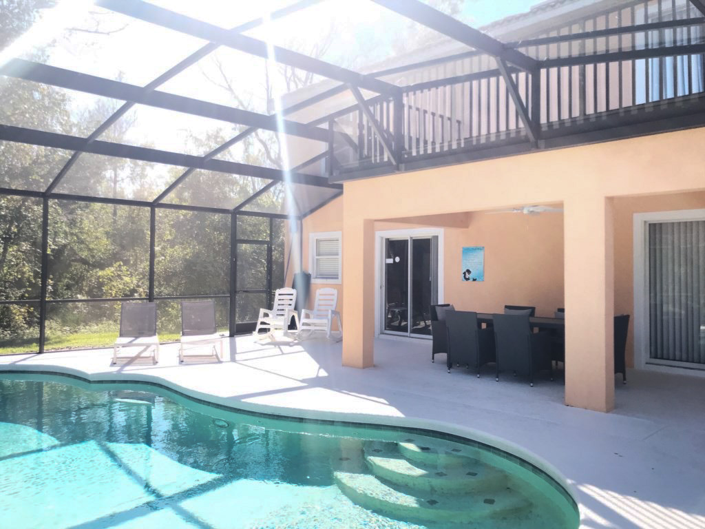 Large, Sunny, Screened-in Pool Deck. 4 Loungers, 2 Rocking Chairs and a Dining set for 6!