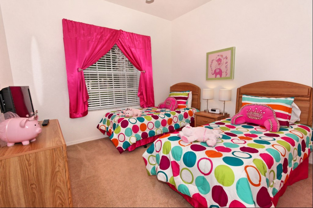 Bedroom 4 with twin beds