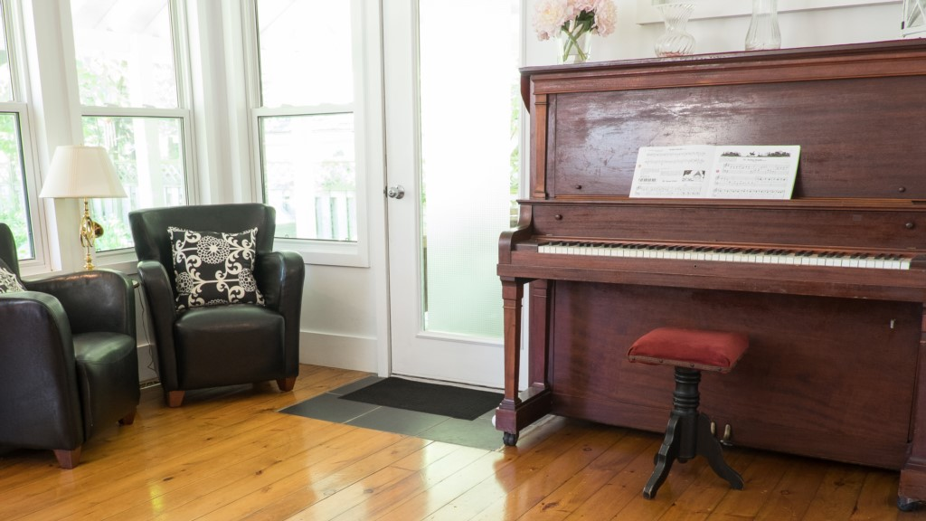Piano..any one play? - Butterfly Cottage - Niagara-on-the-Lake