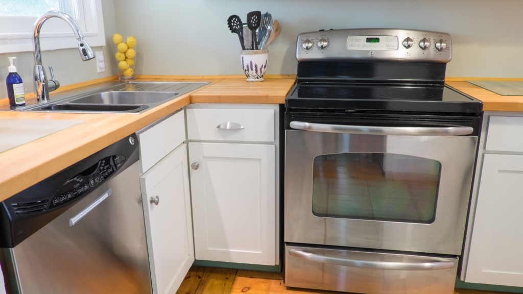 Dishwasher, stove, fridge and drip coffee maker - Butterfly Cottage - Niagara-on-the-Lake