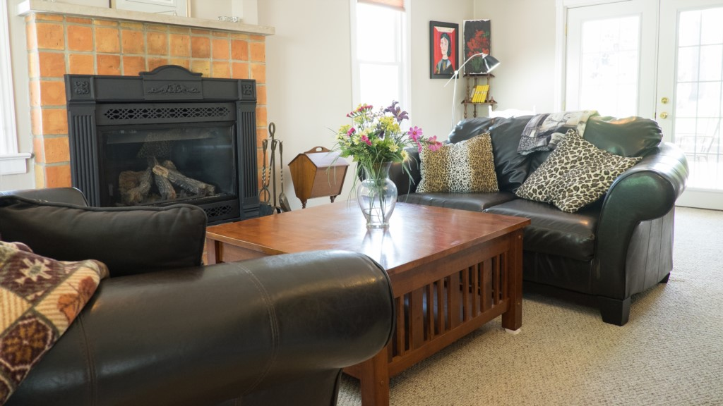 Living room with gas fireplace - Artist's Cottage - Niagara-on-the-Lake
