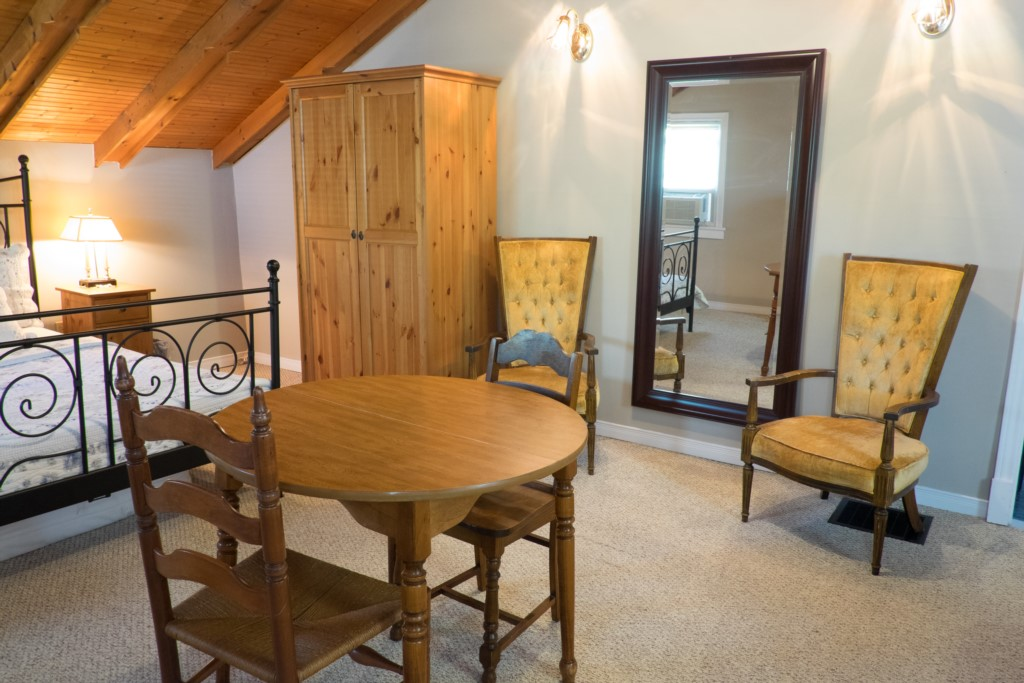Game table in large bedroom - Artist's Cottage - Niagara-on-the-Lake
