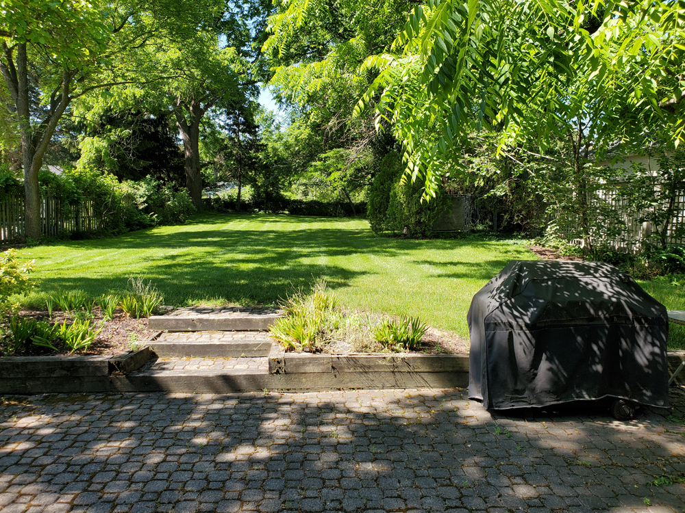 Large backyard with dappled shade for playing and relaxing - Artist's Cottage - Niagara-on-the-Lake
