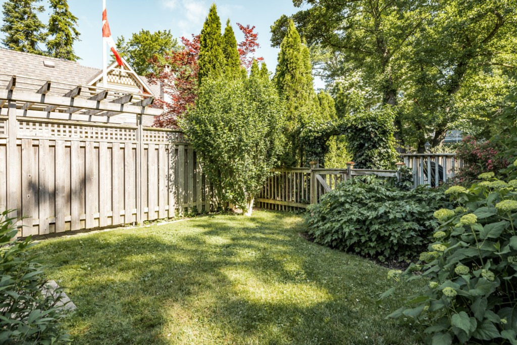 Green space for the kids and/or dog to run around - Dreamweaver Cottage - Niagara-on-the-Lake