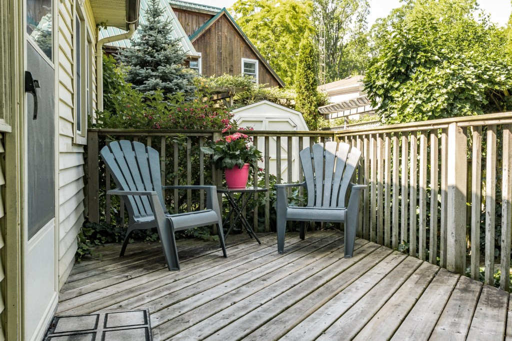 Side deck at entryway - Dreamweaver Cottage - Niagara-on-the-Lake