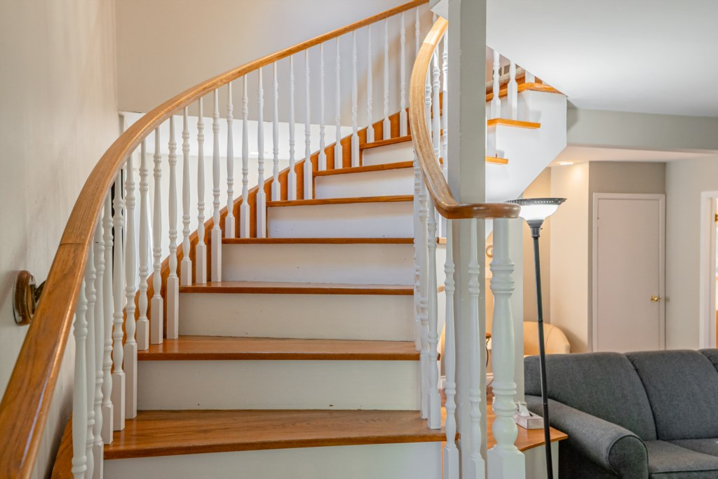 Beautiful open wooden staircase - Dreamweaver Cottage - Niagara-on-the-Lake