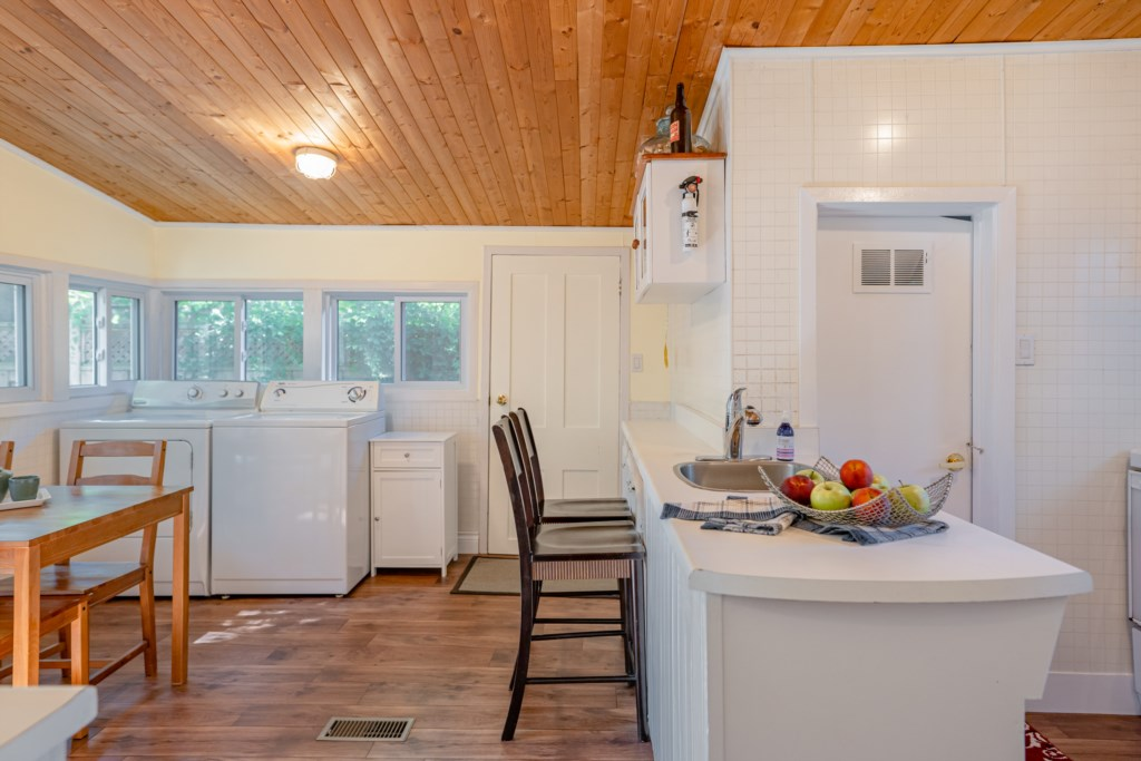 Open kitchen, eating area, breakfast bar and laundry - Dreamweaver Cottage - Niagara-on-the-Lake