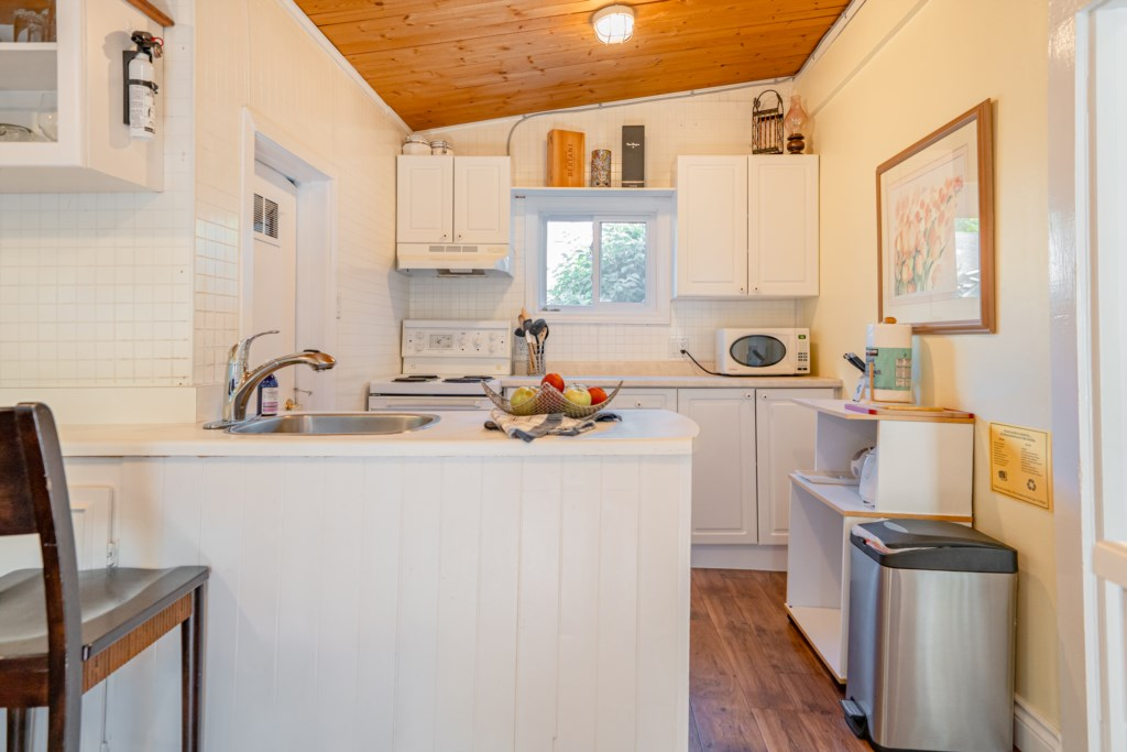 Fully-equipped kitchen with drip coffee maker (coffee provided) - Dreamweaver Cottage - Niagara-on-t