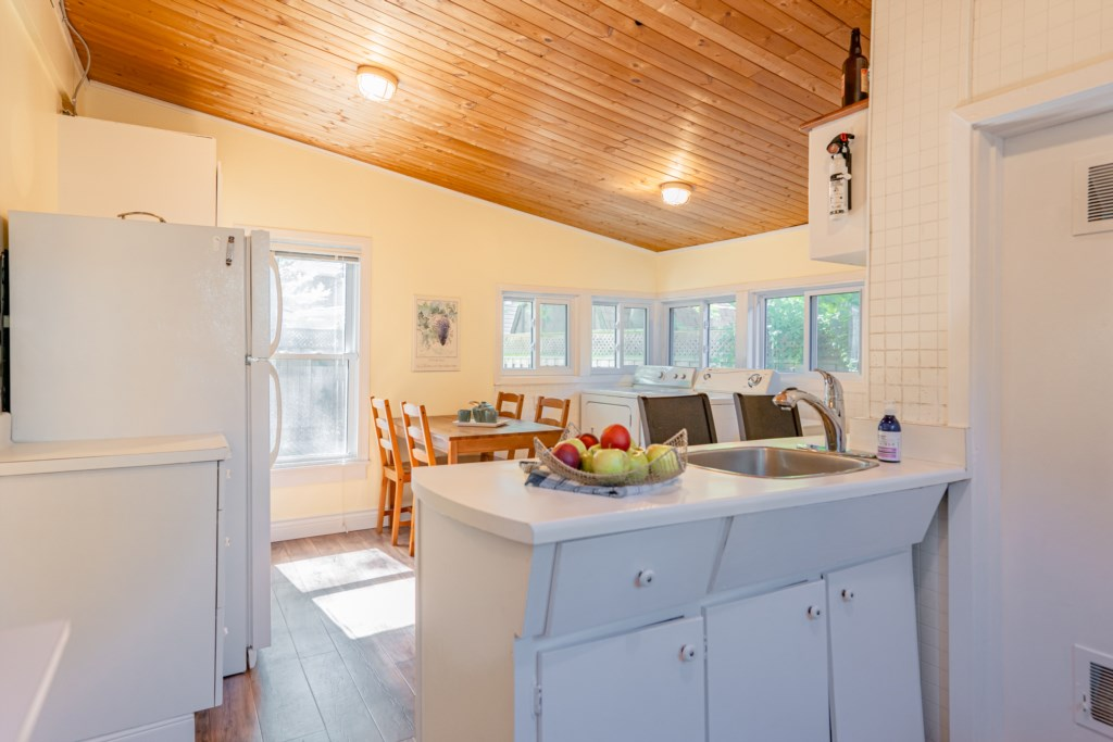 Eat-in kitchen - Dreamweaver Cottage - Niagara-on-the-Lake