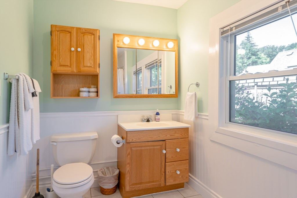 Full Bathroom on mainfloor - Dreamweaver Cottage - Niagara-on-the-Lake