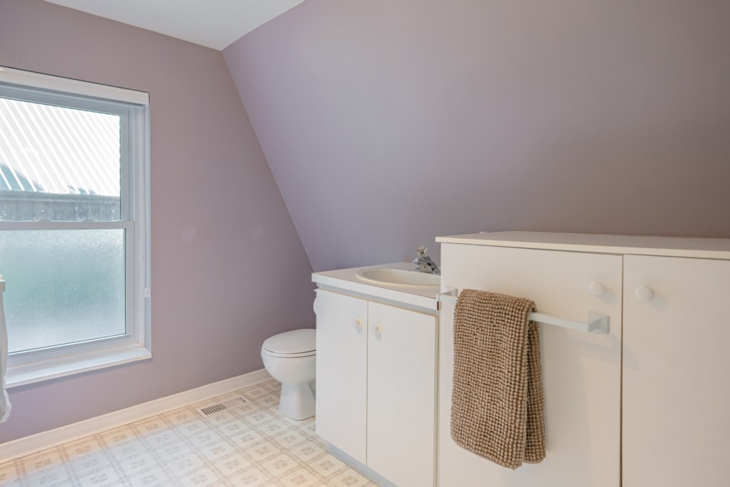 2 piece upstairs bathroom - Dreamweaver Cottage - Niagara-on-the-Lake