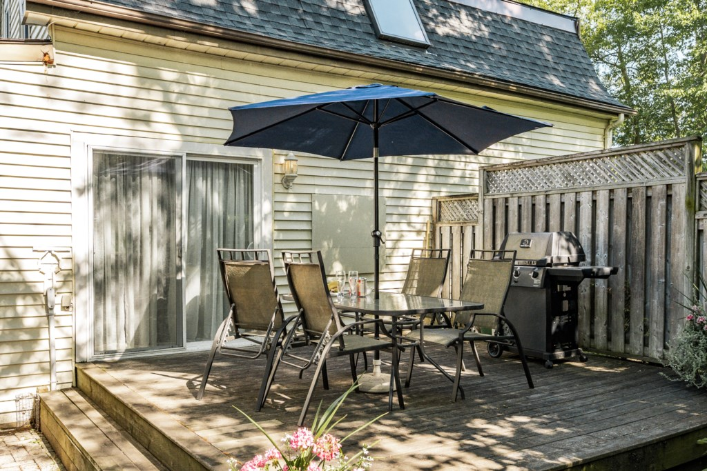 Quiet back deck with dining set and BBQ - Dreamweaver Cottage - Niagara-on-the-Lake