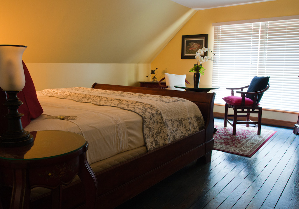 Second floor king bedroom has lots of space and a sitting area - Gate St Cottage - NOTL