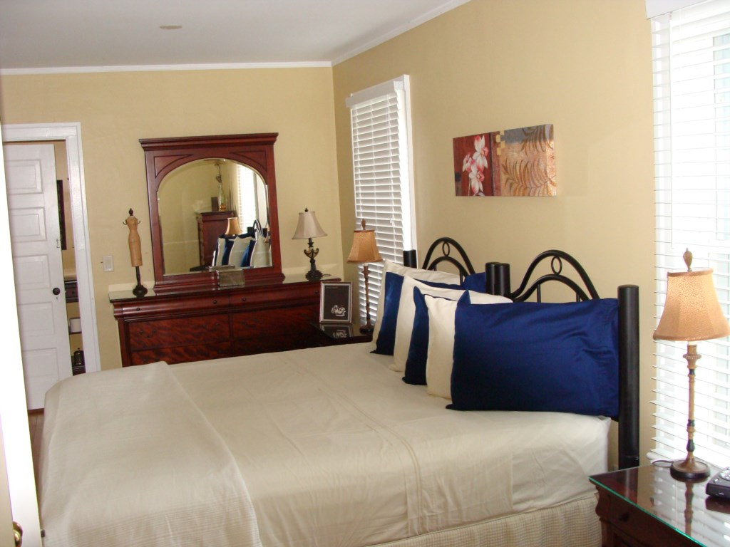 Main floor master with king bed that can separate into twin beds - Gate St Cottage - NOTL