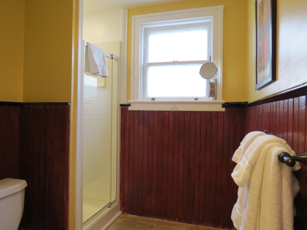 Main floor shared bathroom with separate access from master bedroom - Gate St Cottage - NOTL