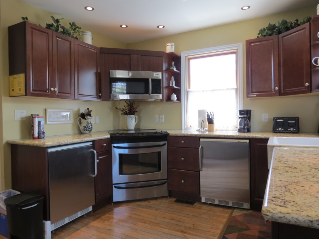 Full Kitchen with Counter Height Fridge and Freezer - Gate St Cottage - NOTL