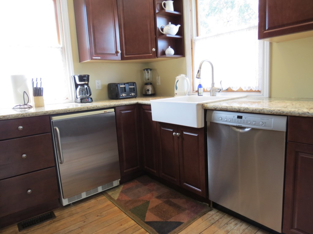 Kitchen next to the dining room and access to back deck - Gate St Cottage - NOTL