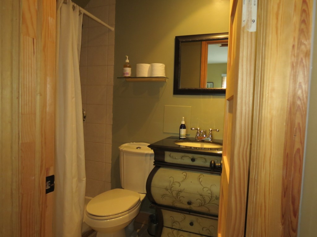 2 Bedrooms Upstairs each with Ensuites - Gate St Cottage - NOTL