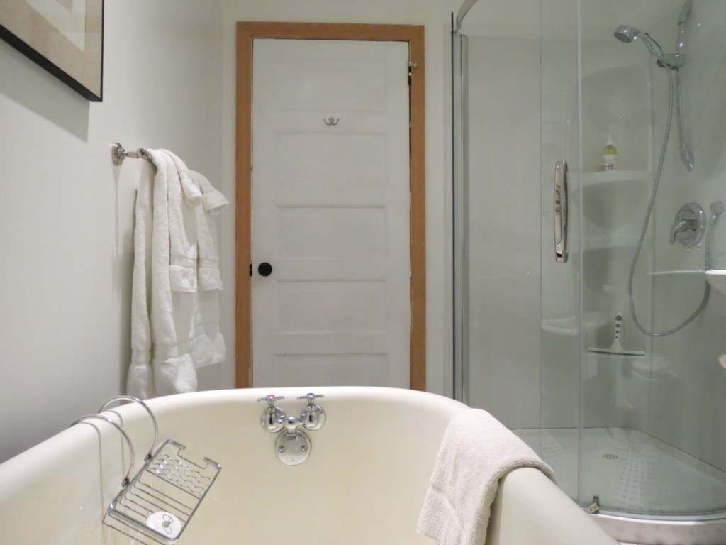 Upstairs master bathroom with clawfoot tub and walk-in shower - Gate St Cottage - NOTL