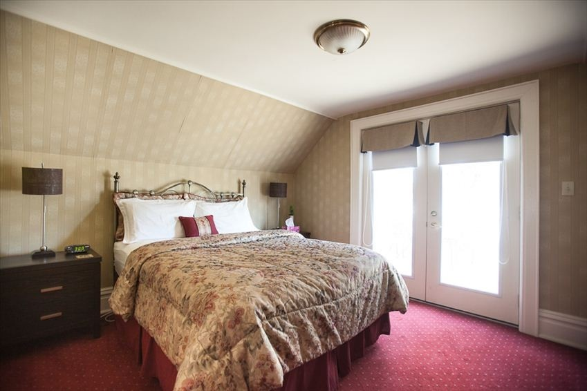 Upstair queen bedroom with ensuite - Governor's Walk - Niagara-on-the-Lake