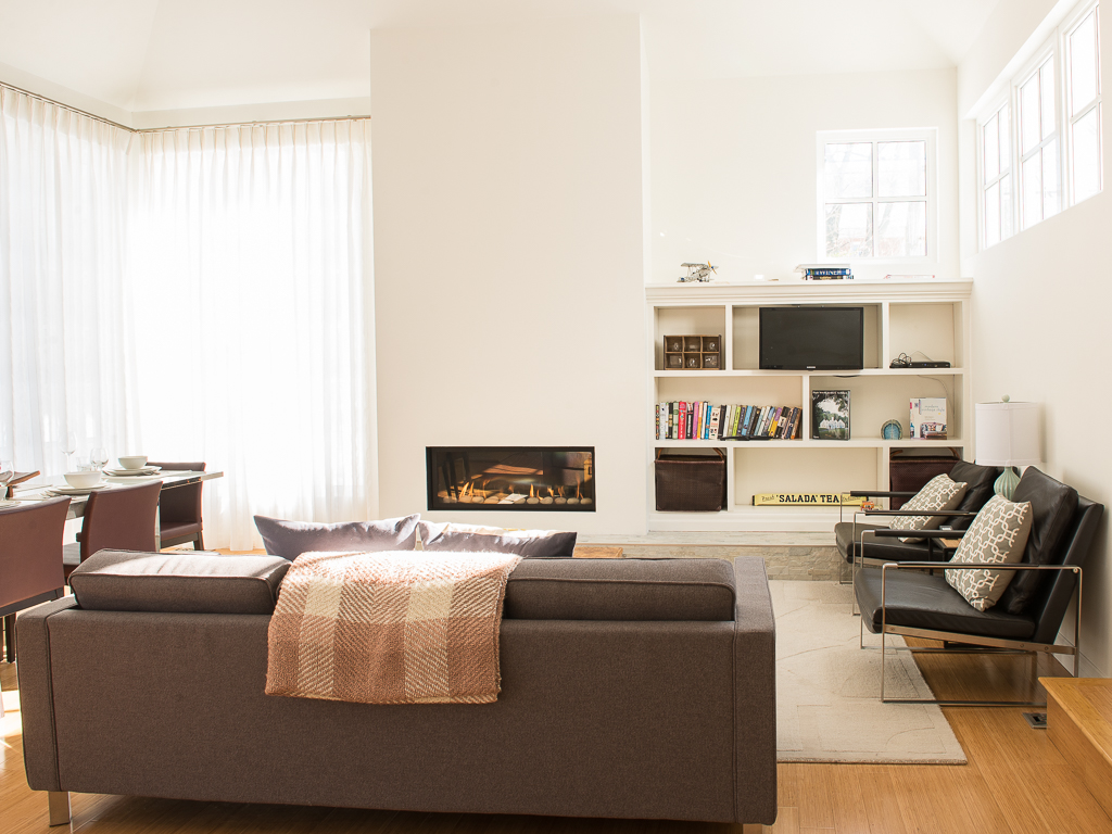 Living Room with Gas Fireplace - Peaks on Gate - Niagara-on-the-Lake