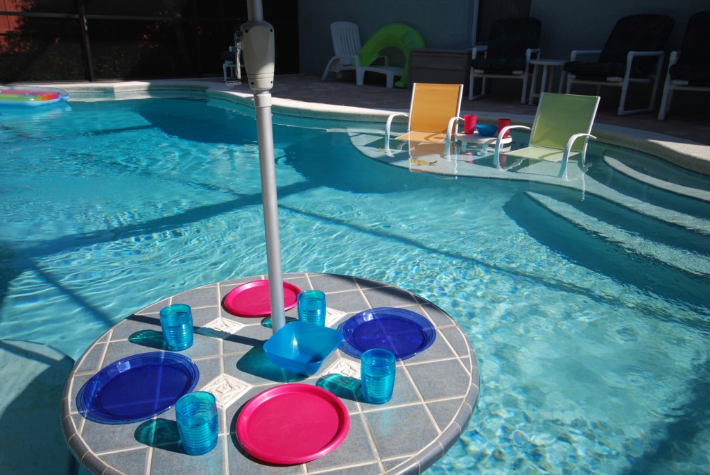 Enjoy lunch in the pool!
