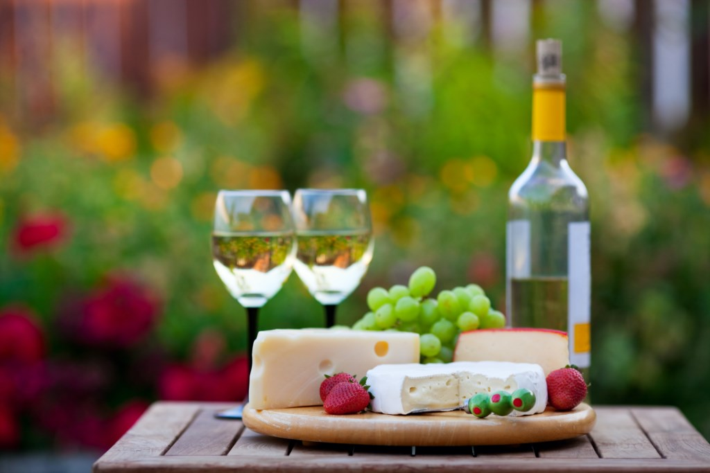 Enjoy local wine and cheese on the back patio - Arbour House - Niagara-on-the-Lake