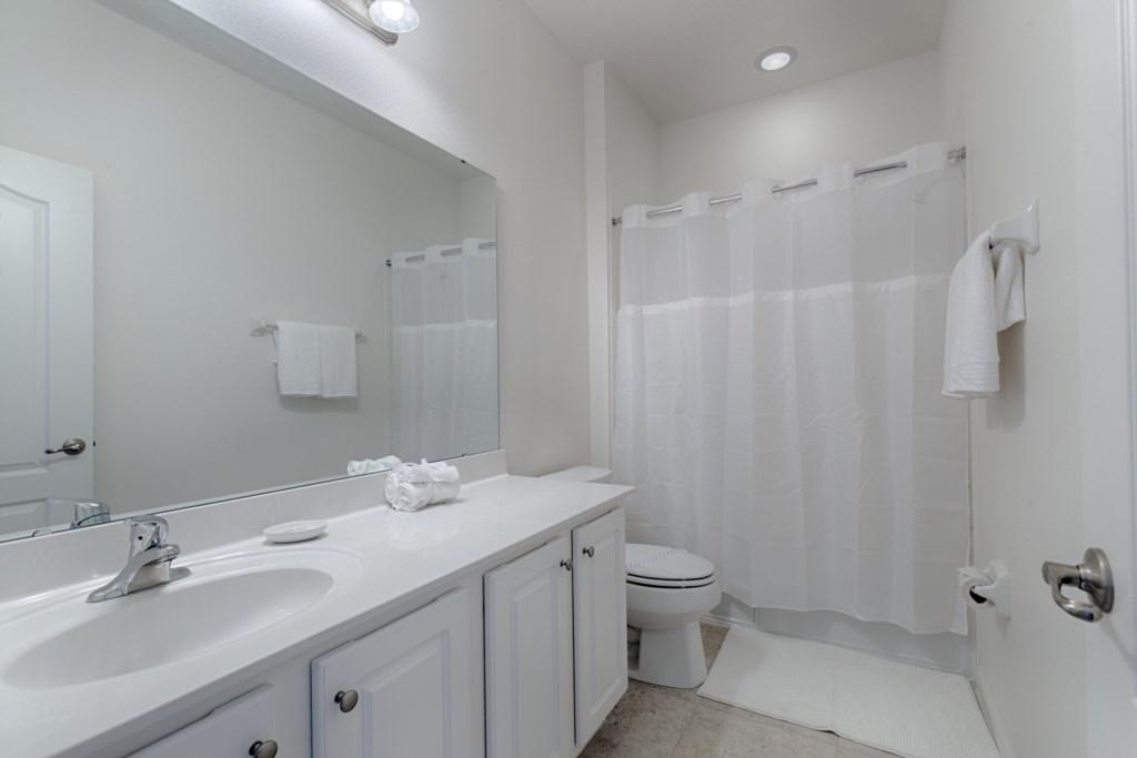 19_Shared_Bathroom_0721.jpg