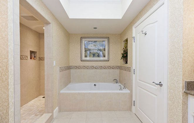 Reunion Grande Condo En Suite Bathroom