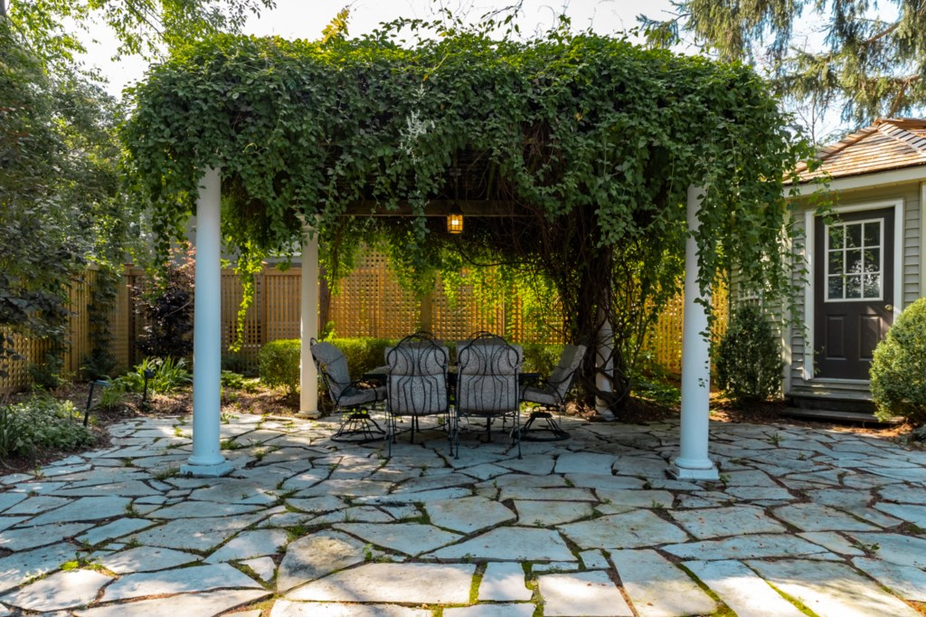 Enjoy the shade under the vine covered arbour - La Vignette Vacation Rental - Old Town - Niagara-on-