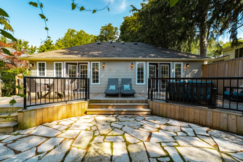 Backyard deck and patio - La Vignette Vacation Rental - Old Town - Niagara-on-the-Lake