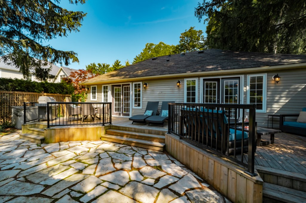 Private backyard deck and patio - La Vignette Vacation Rental - Old Town - Niagara-on-the-Lake