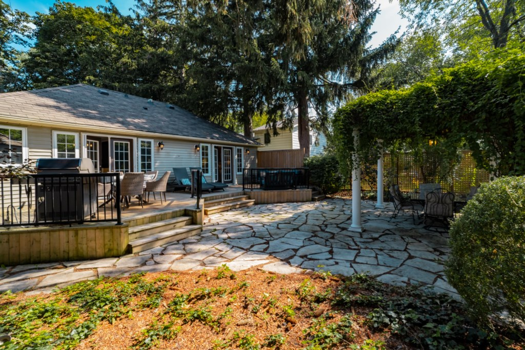 Private fenced backyard with deck and patio - La Vignette Vacation Rental - Old Town - Niagara-on-th
