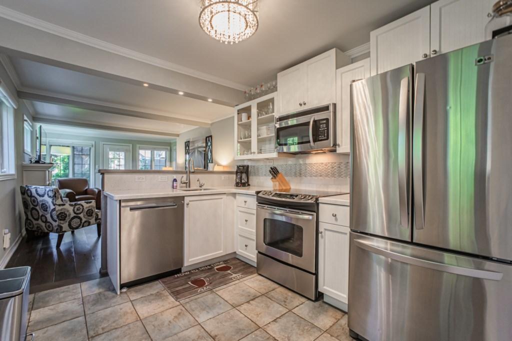 Full kitchen with fridge, stove, dishwasher, microwave, drip coffee maker - La Vignette - NOTL