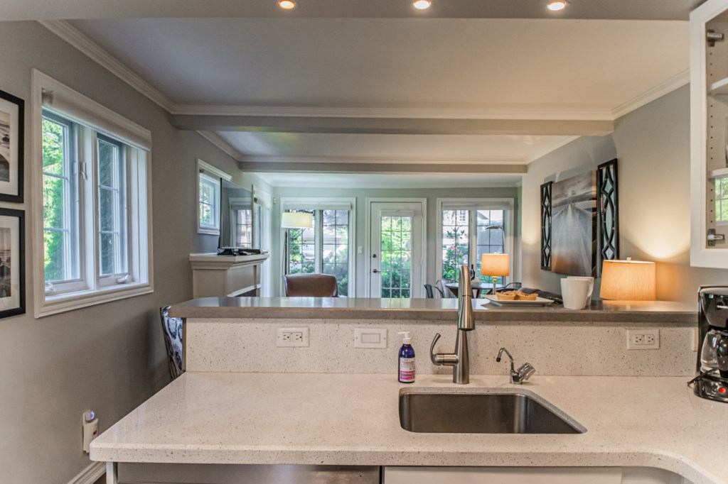 Living room and kitchen with full wall of windows - La Vignette - Niagara-on-the-Lake