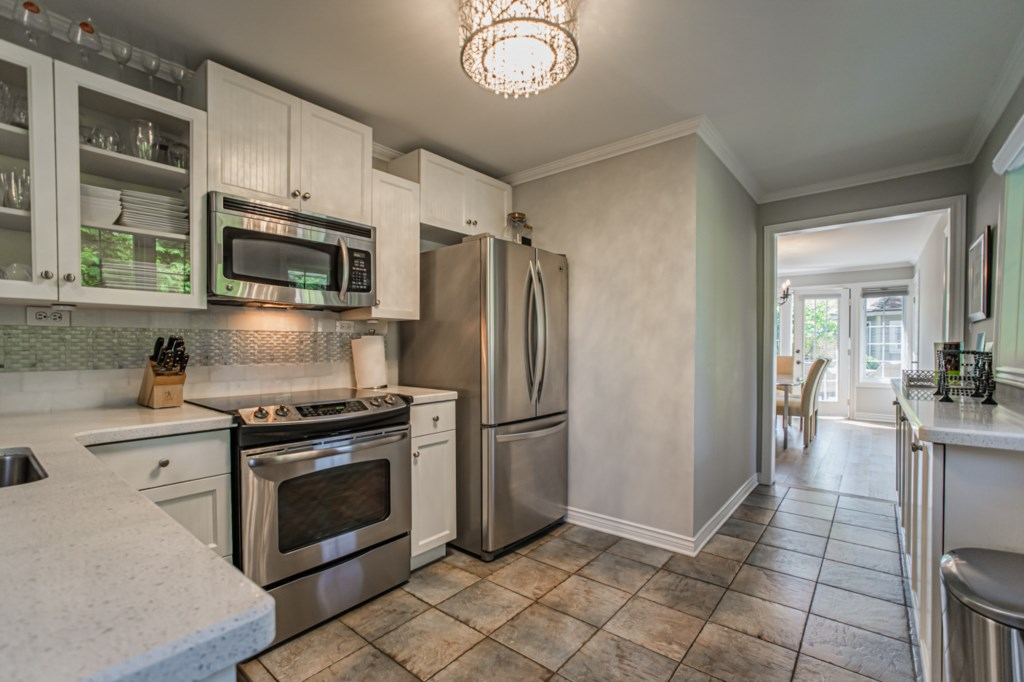 Full kitchen with fridge, stove, dishwasher, microwave, drip coffee maker - La Vignette - Niagara-on