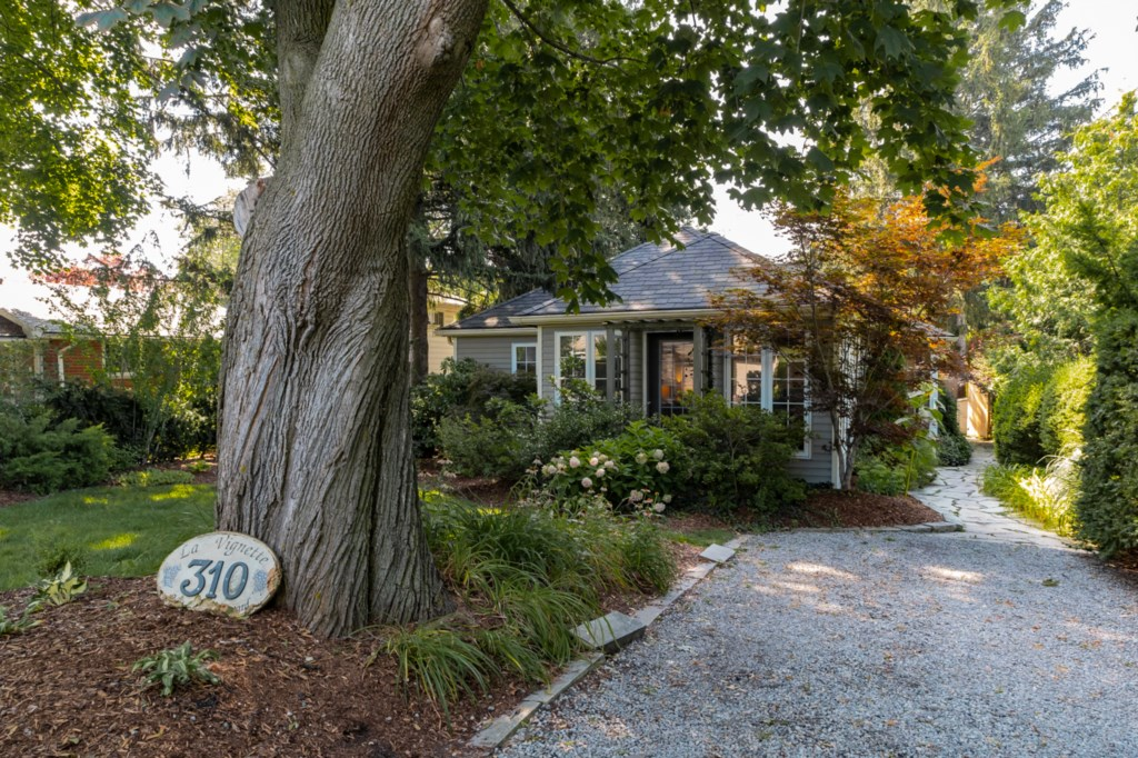 Parking for two cars - La Vignette Vacation Home - Niagara-on-the-Lake