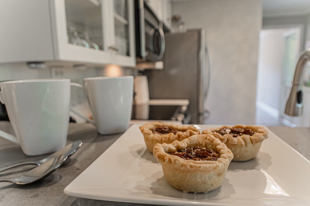 Enjoy your morning coffee at the breakfast bar - La Vignette Vacation Rental - Old Town - Niagara-on