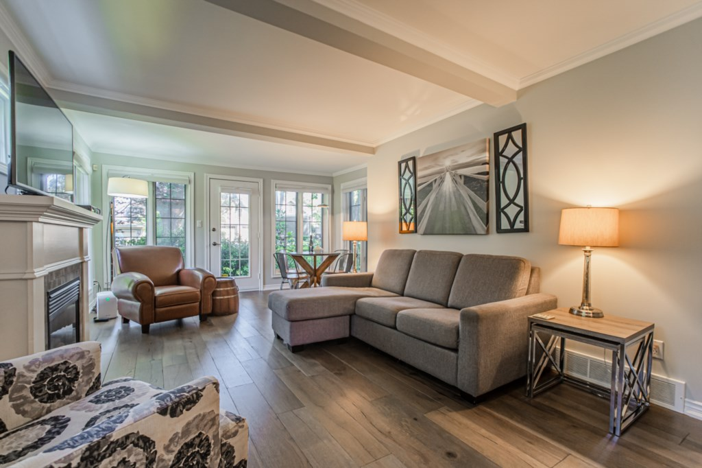 Large wall of windows - La Vignette Vacation Rental - Old Town - Niagara-on-the-Lake