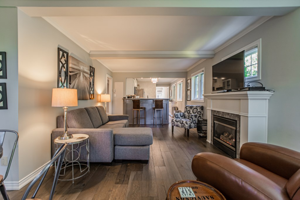 Living room with large screen TV and gas fireplace - La Vignette Vacation Rental - Old Town - Niagar