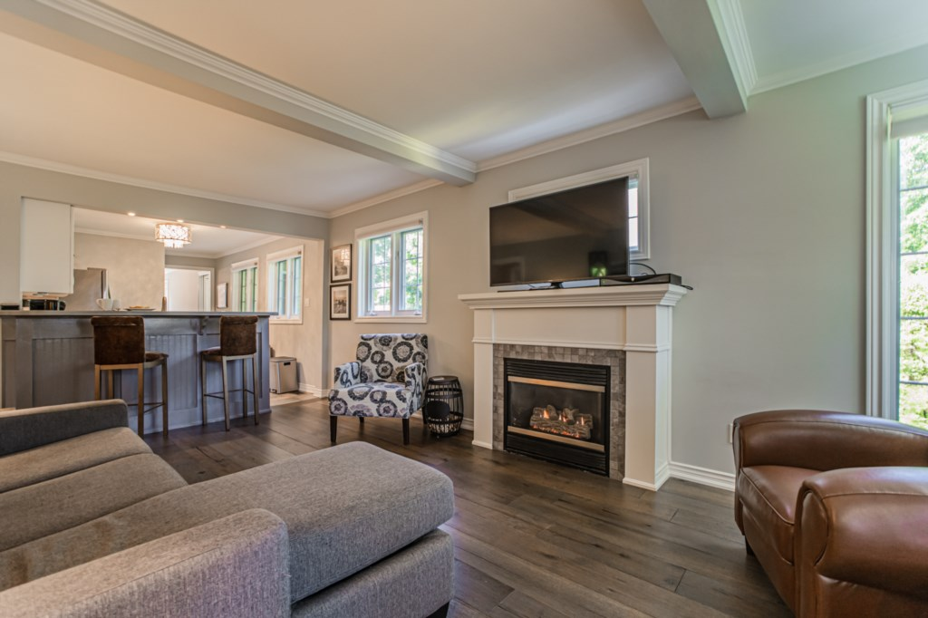 Living Room with smart TV with cable, and gas fireplace - La Vignette - Niagara-on-the-Lake